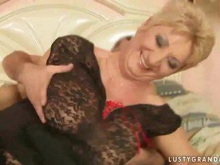 Babunia w strój z siatki pończochy enjoys gorące seks
