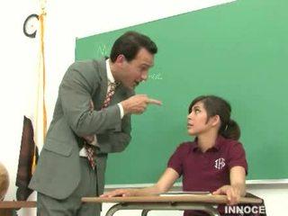 Pelajar putri spanked dan diperlakukan tidak baik