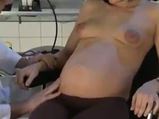 Gravida hustru körd av henne doktorn