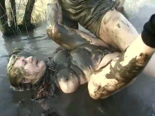 Vilain porno performance près à une coquin grand-mère having got laid en la mud