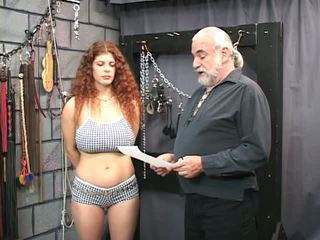 Redheaded otrok gets bounded, poslepu, a tortured v a pohlaví suterén