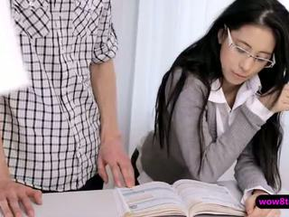 Flirty geek asiatisk tenåring finger knullet deretter stuffed hardt