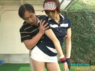 E hollë aziatike adoleshent enjoys duke thithur të saj golf instuctors kokosh