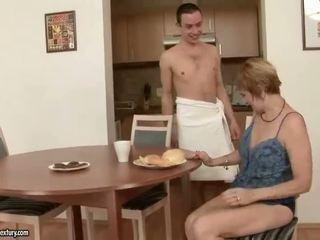 Vroče babica enjoys seks s a fant