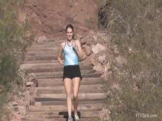 Emilie goes til den jog og stretcthis persons