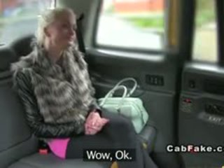 거유 핀란드의 금발의 bangs 에 taxi