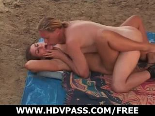 Κάνοντας ηλιοθεραπεία turns σε σεξ επί ο sandy παραλία