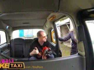 Femalefaketaxi runaway passenger restrained által dominant szőke driver