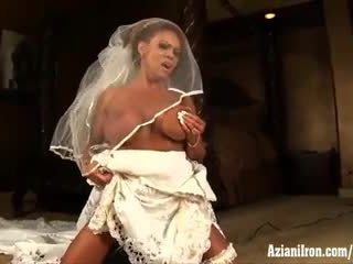 Aziani dzelzs pieauguša female bodybuilder rides sybian uz kāzas kleita