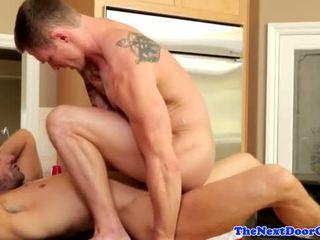 Muscle jock pounding nyenyet bokong before cumming