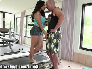 ホット ママ jessica bangkok ある blowing 彼女の 若い trainer!