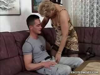 Yang perempuan guy finds sendiri dalam yang bertuah kedudukan getting offered yang pusingan daripada meningkat usia faraj dalam yang middle daripada yang hari. manakala ge