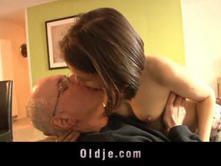किशोर की उम्र, चुंबन, लड़कियां