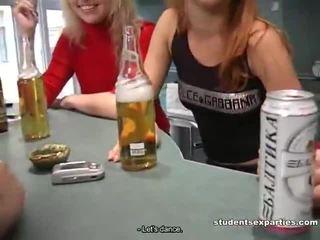 Mélanger de movs par étudiant baise parties