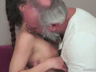 Teenie anita bellini gets kacau oleh sebuah kakek