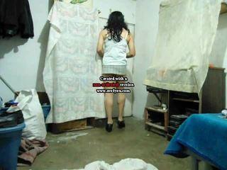 Amateur crossdresser en mini jupe baise travolteadito