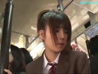 Bureau dame stimulated avec vibromasseur giving pipe sur son knees sur la bus