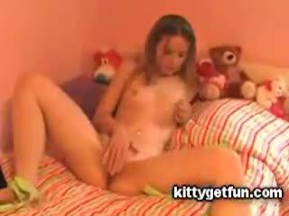 Kitty dostać zabawa: ładniutka nastolatka masturbates w to darmowe kanał wideo