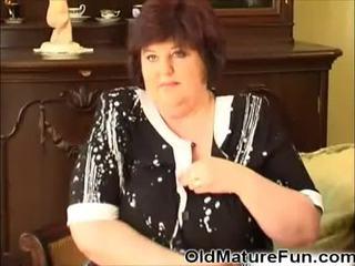 Starší ženy hrát s velký ňadra video
