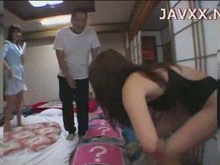 Eldre japansk babe rides en stiff boner til nå henne orgasme