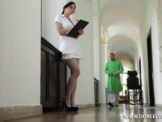 ممرضة abbie