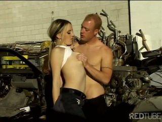 섹시한 mechanic seduces 과 fucks buyer