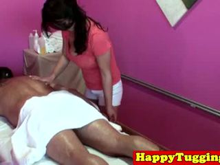 Grande titted asiática tugging masseuse