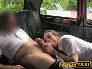 Faketaxi sexy brunette middle oud vrouwen in kous en suspenders