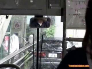 נקדח ב the ציבורי אוטובוס