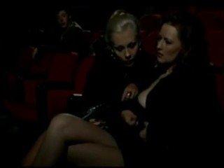 Alduterio italiano dovuto ragazze al cinema
