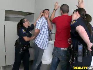 Pair honeys uz policija uniforma būt fucked uz viņu buttholes