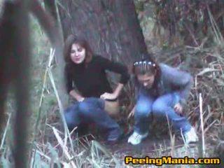Niñas pillada meando dentro la bosque