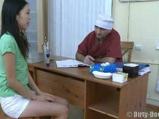 E dobët e turpshme aziatike fingered nga doktori e pisët