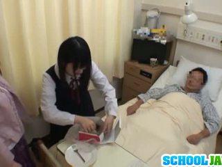 Aziatisch schoolmeisje visits male vriend in ziekenhuis voor een