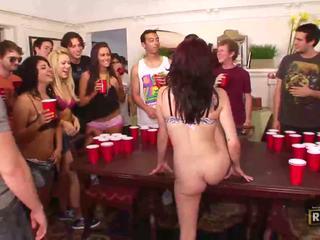 Opité sex orgia s príťažlivé nahý holky fucked a licked na the stôl