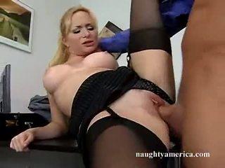 섹시한 hawt aiden starr receives 그녀의 핑크 고양이 pummeled 에 그만큼 테이블