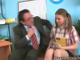 Irena was surprised deze haar leraar has zodanig de reus piemel.