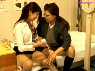Escolar y doctor stimulating coños con vibrador en la cama en la schoolhospital
