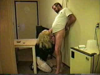Bionda travesti giving testa a guy