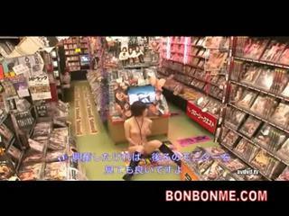 Jap cuite lakuriq në video rental dyqan