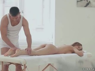 Ragazza enjoys massaggio e romantic sesso