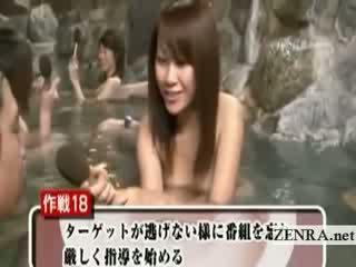 Verlegen naakt japans schoolmeisje openlucht baden interview