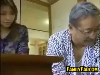 Asiatisk trinn datter med den gammel mann