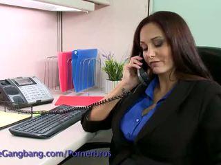 Kink: brunette misbrukt av henne arbeid colleagues