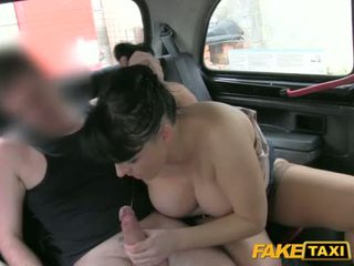 Cougar offer the taxi driver a blowjob