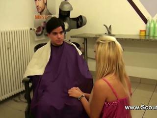 Duits tiener pornoster krijgen hardcore rollenspel in hairdresser