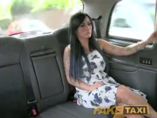Fake taxi sexy masseuse gets geneukt op auto bonnet