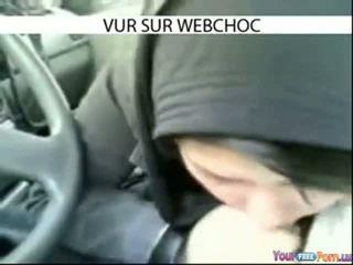 Arab hijab gadis menghisap zakar/batang dalam kereta dalam kereta