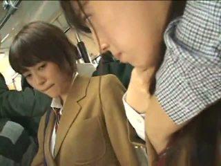 Público perverts harass japonesa schoolgirls en un tren