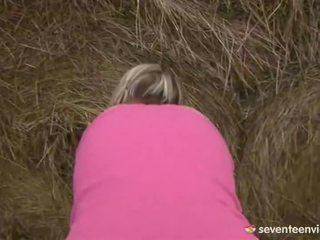 Remaja perempuan onani di dalam itu haystack